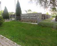 Мемориальный комплекс и братская могила советских воинов в Переславском. Июль 2012