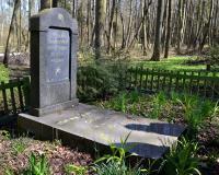 Братская могила советских воинов в Сосновке. Апрель 2015