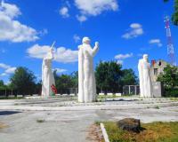 Мемориальный комплекс на братской могиле советских воинов. Корнево, центр, август 2015