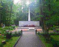 Мемориальный комплекс на братской могиле советских воинов. Калининград, ул. Киевская, июль 2016