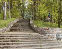 Советское военное кладбище в Венгожево, лестница, ведущая к кладбищу