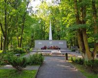 Мемориальный комплекс на братской могиле советских воинов. Калининград, ул. Киевская, июнь 2019